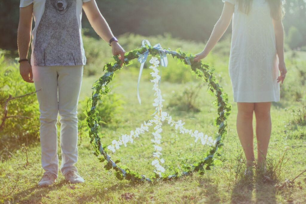 пара держит знак мира