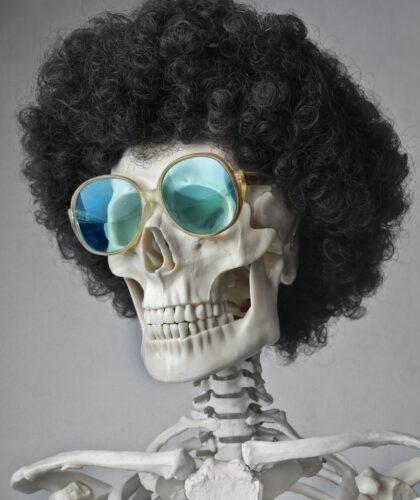скелет в парике