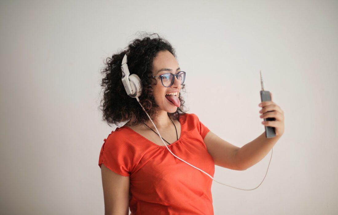 девушка с телефоном и наушниками