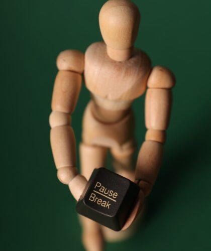 кнопка паузы у деревянного человечка