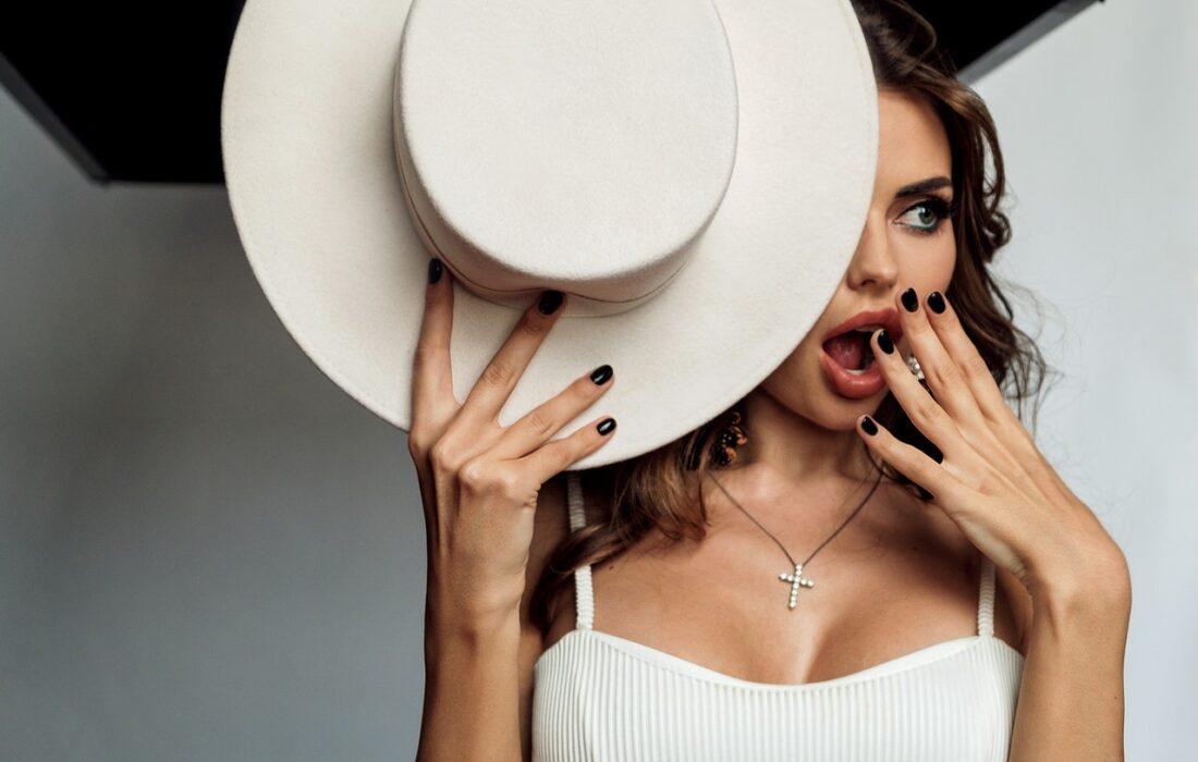 красивая девушка со шляпой