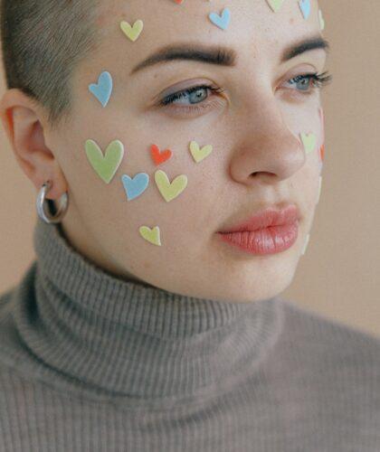 женское лицо с сердечками