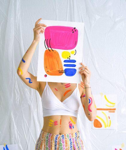 девушка держит картину