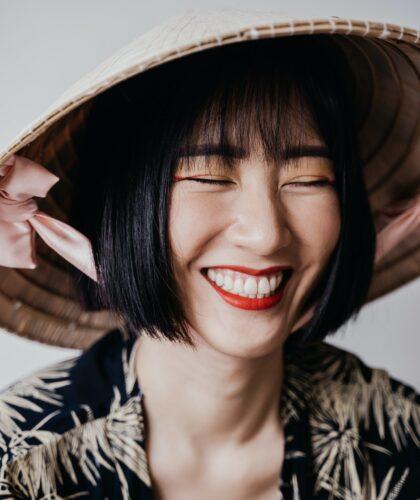 японская девушка в шляпе