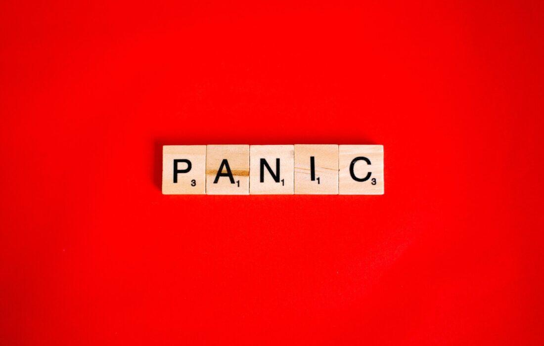 паника на красном фоне