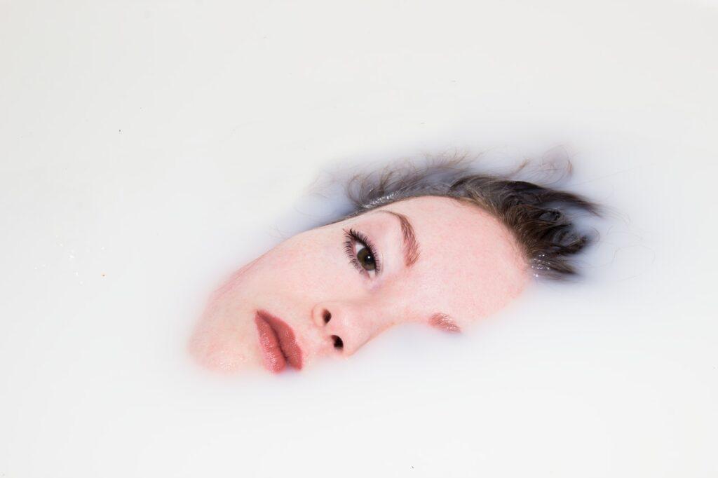 девушка в молочной ванной