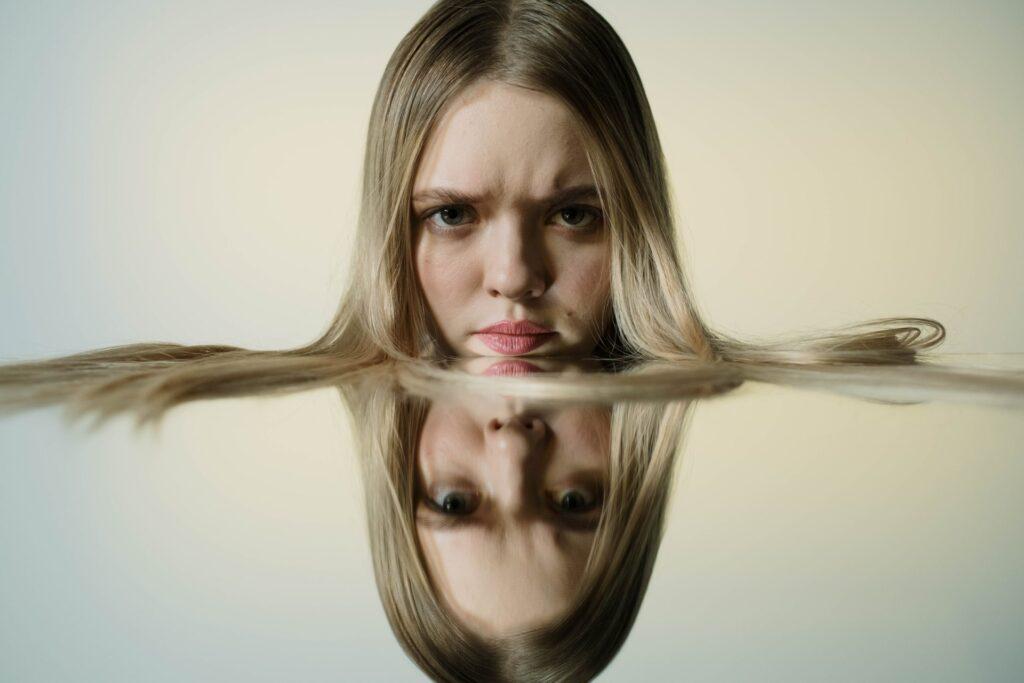 злая девушка с отражением