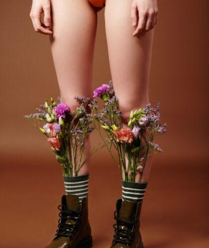 девушка с цветами на ногах