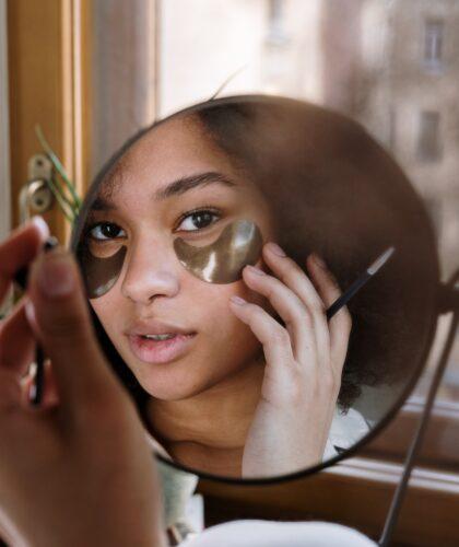 лицо девушки в зеркале