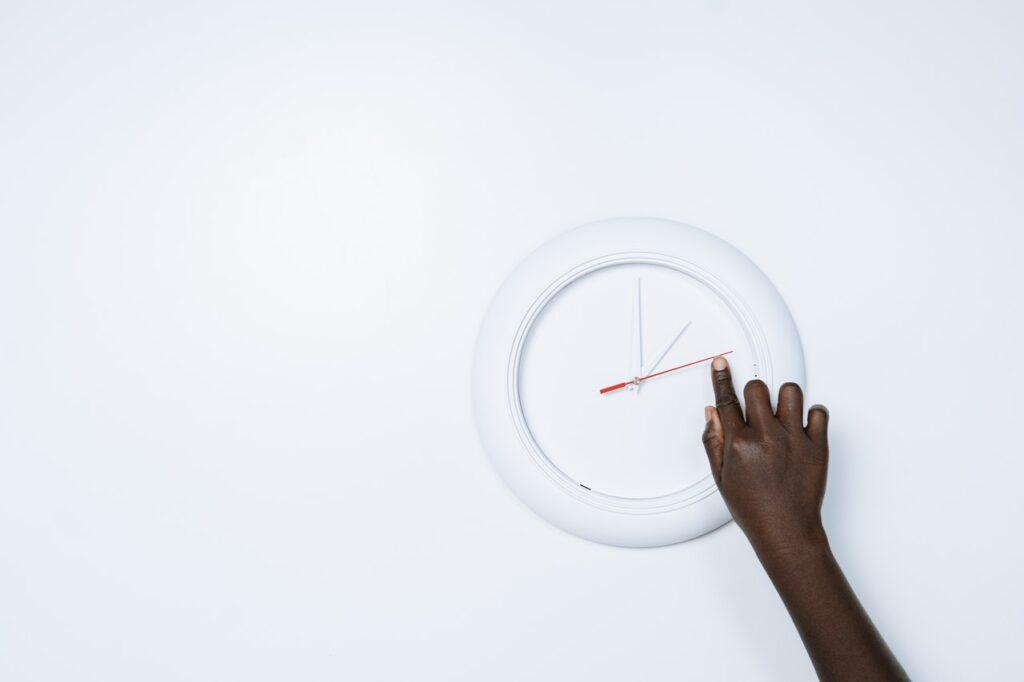 часы и рука