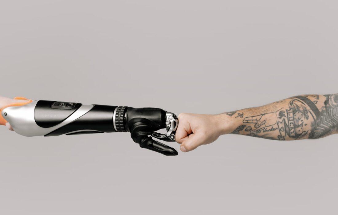 рука робота и человека