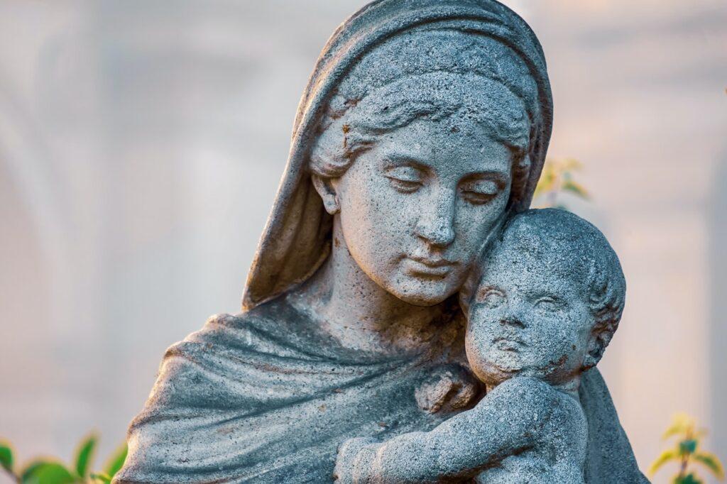 статуя женщины с ребенком