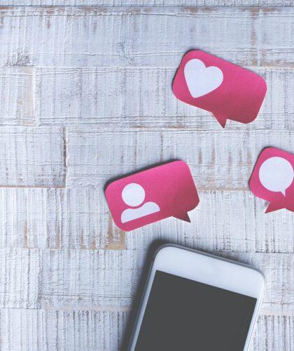 лайки и сообщения над телефоном
