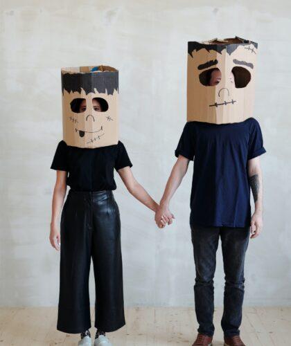 пара с картонками на голове