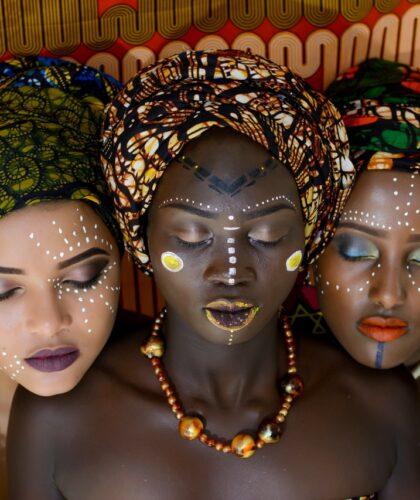 три девушки с закрытыми глазами