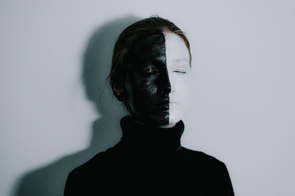 черно-белое лицо девушки