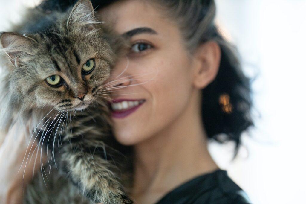 красивое женское лицо и кот