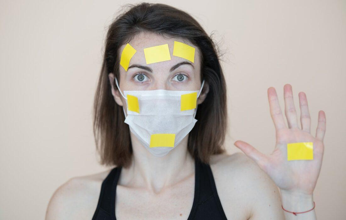 девушка в маске со стикерами