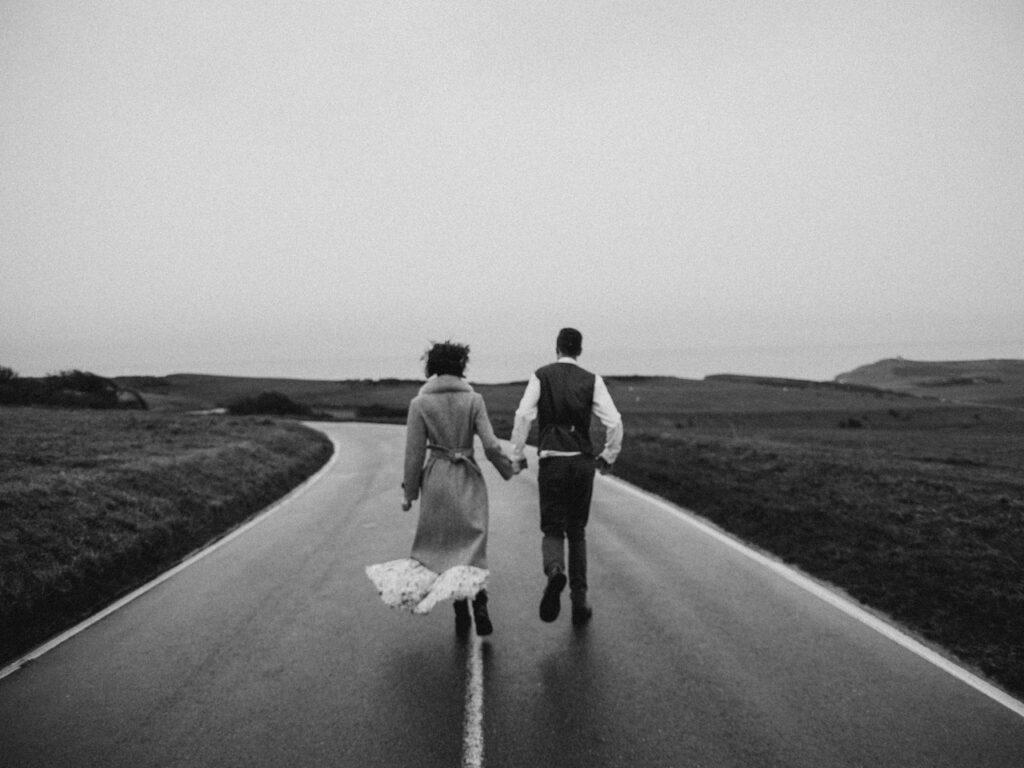 пара идет по дороге