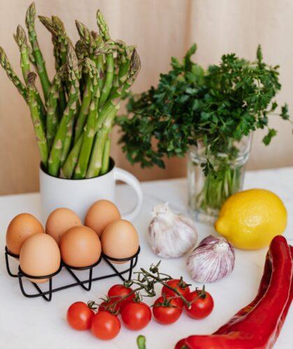 овощи и яйца на столе