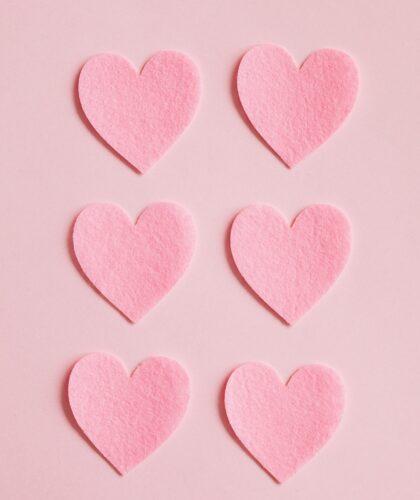 розовые сердечки на розовом фоне