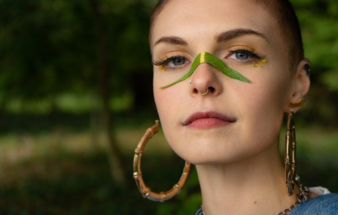 девушка с листом на носу