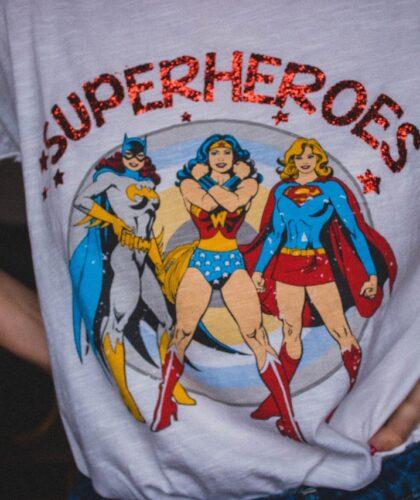 сильные женщины на футболке