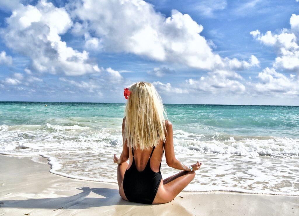 девушка расслабляется у моря