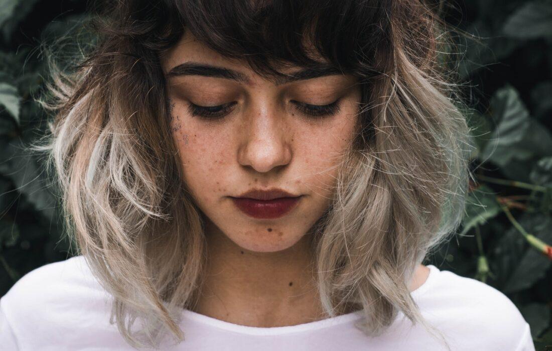 красивая расстроенная девушка