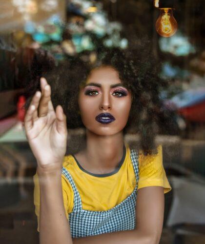 девушка трогает стекло