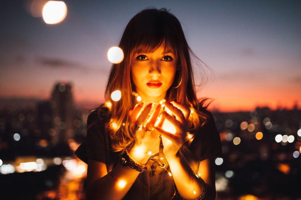 девушка со светлячками