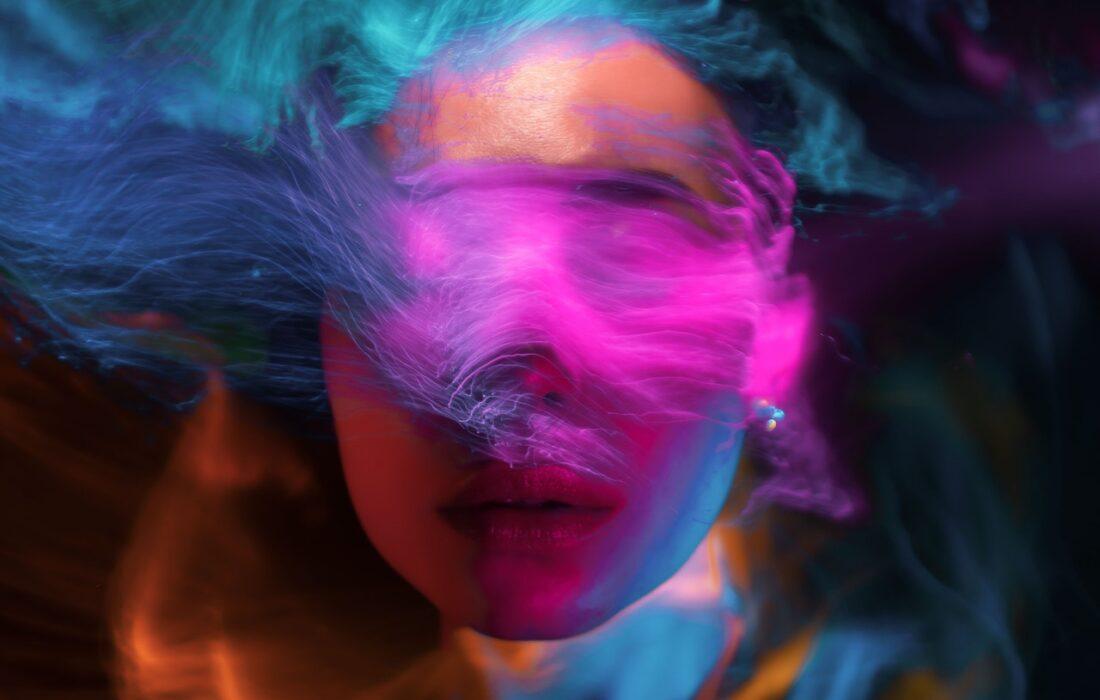 девушка с абстрактными пятнами