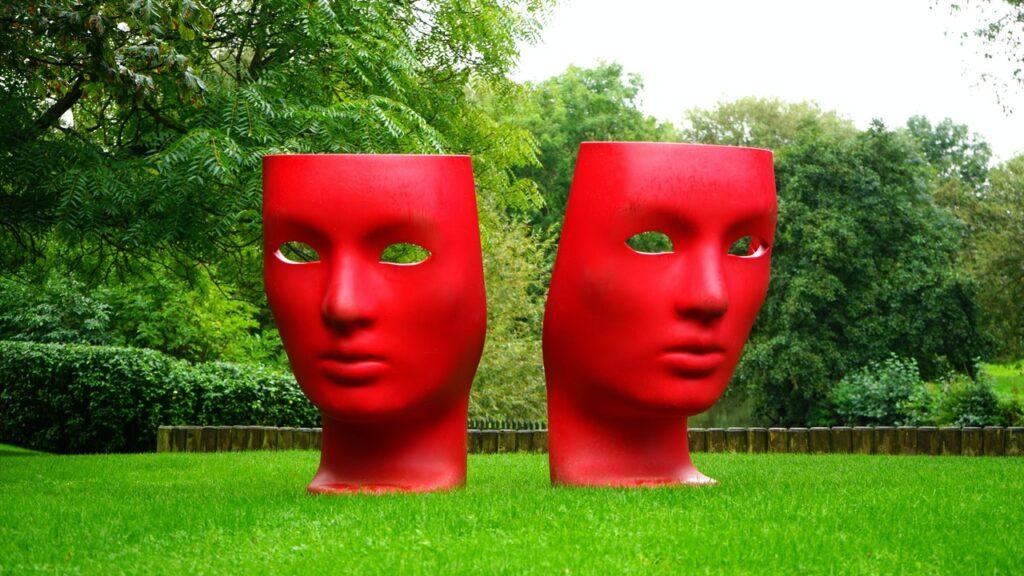 две красные головы