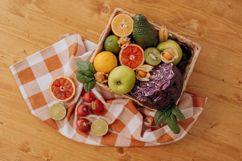 овощи и фрукты в корзиночке