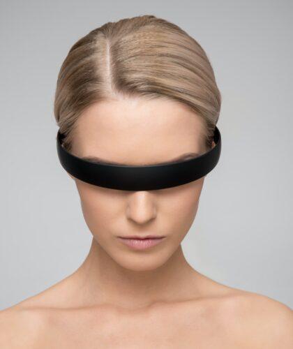 девушка в необычных очках