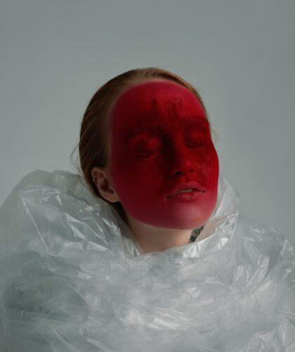 девушка с красным лицом