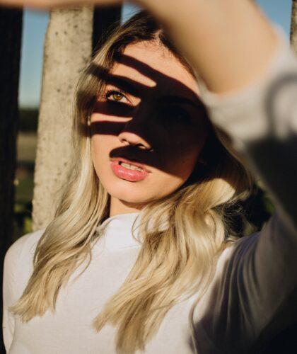 девушка закрывается от солнца