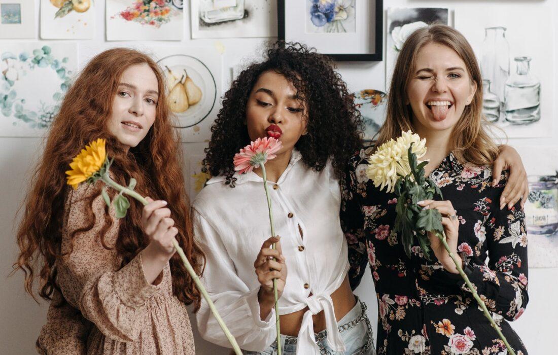 подруги с цветами