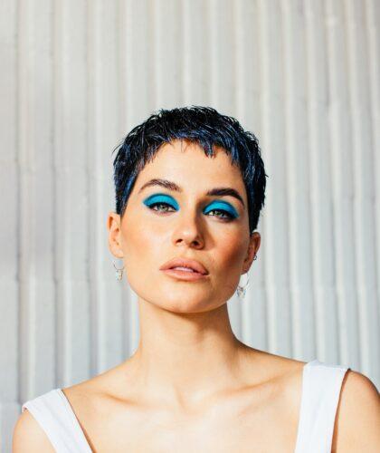 девушка с синими тенями