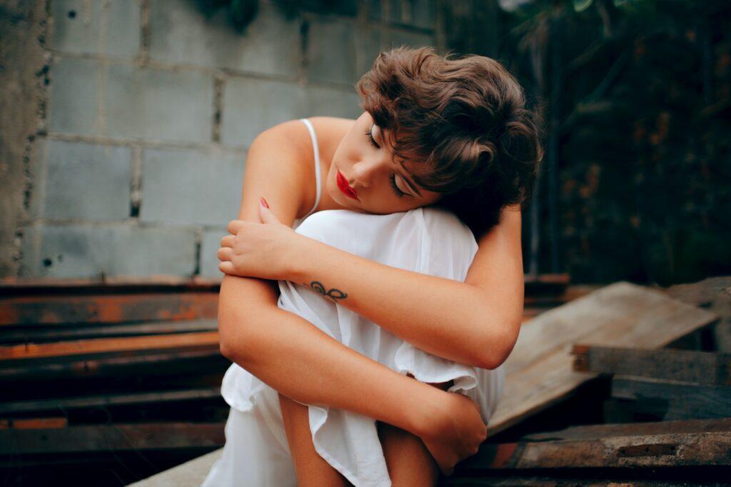 красивая грустная девушка