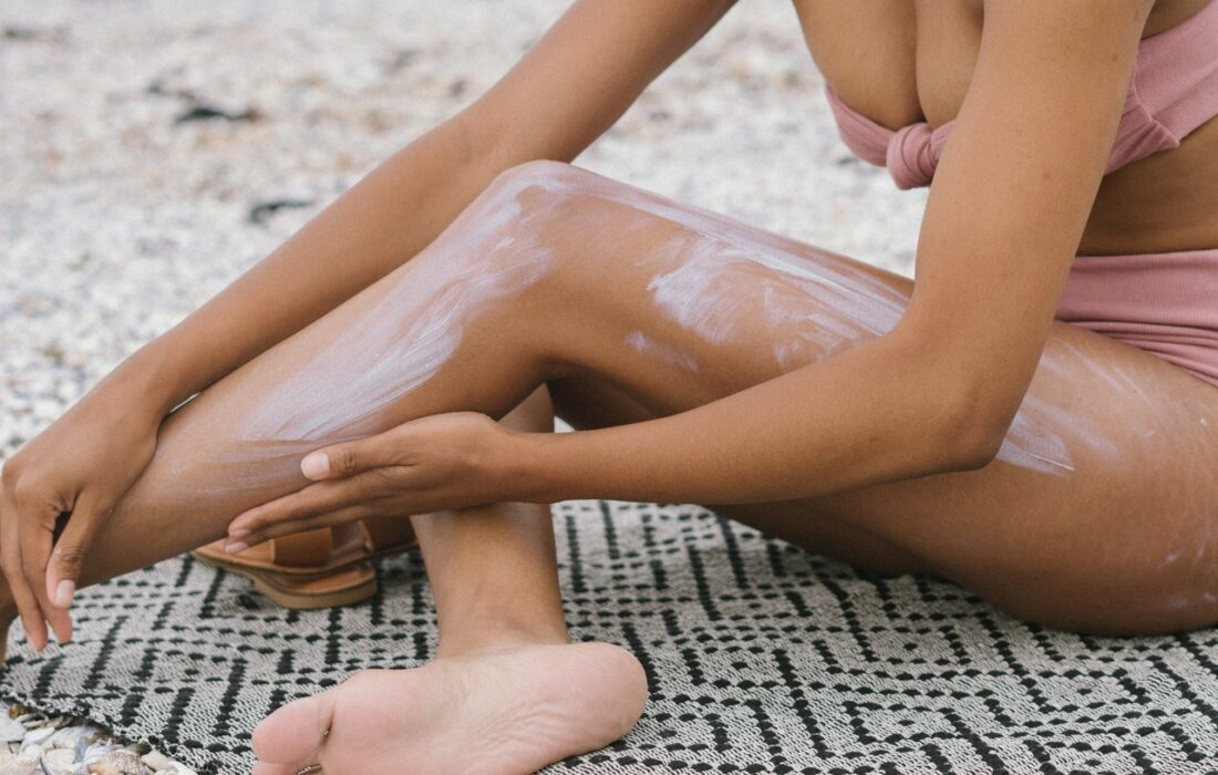 девушка мажет ноги кремом