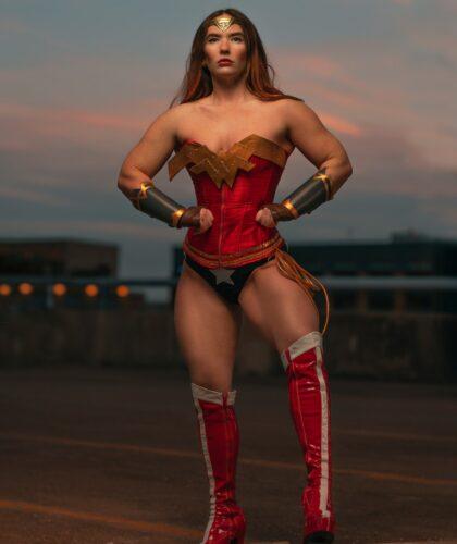 сильная девушка в костюме