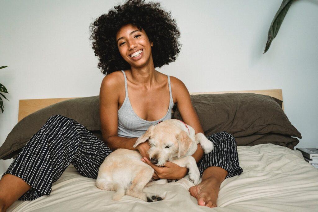 девушка в пижаме с собакой