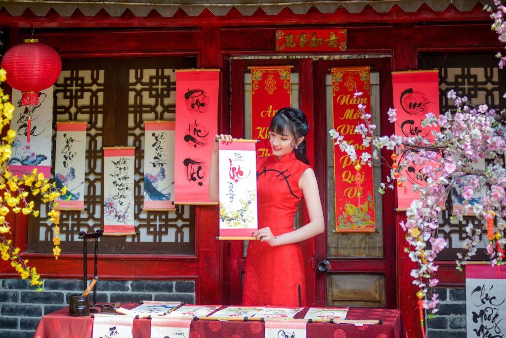 японская девушка со свитком