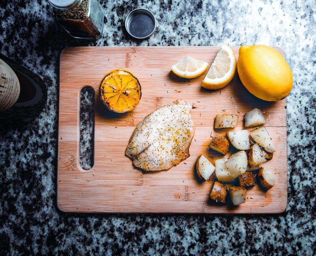 рыба и лимон на досточке