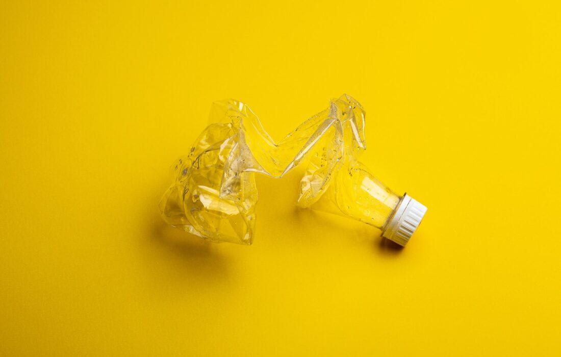 смятая пластиковая бутылка
