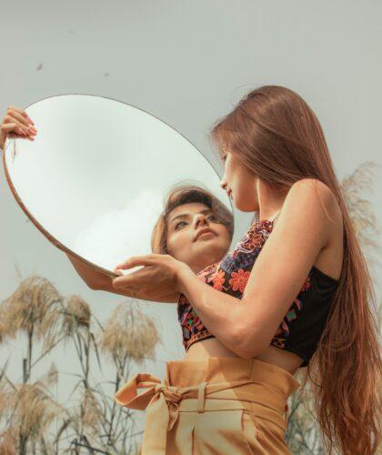 девушка с зеркалом