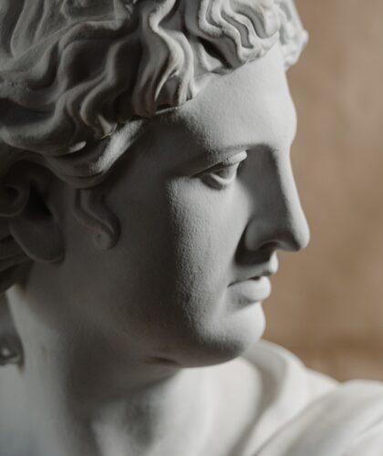 статуя в профиль