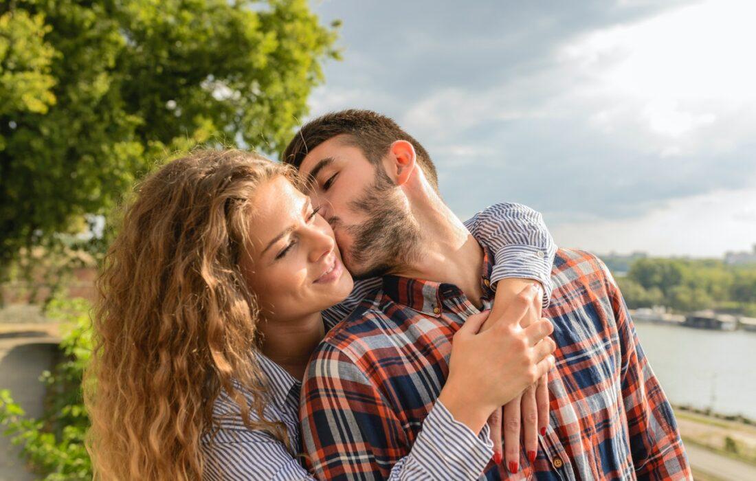 влюбленная пара целуется