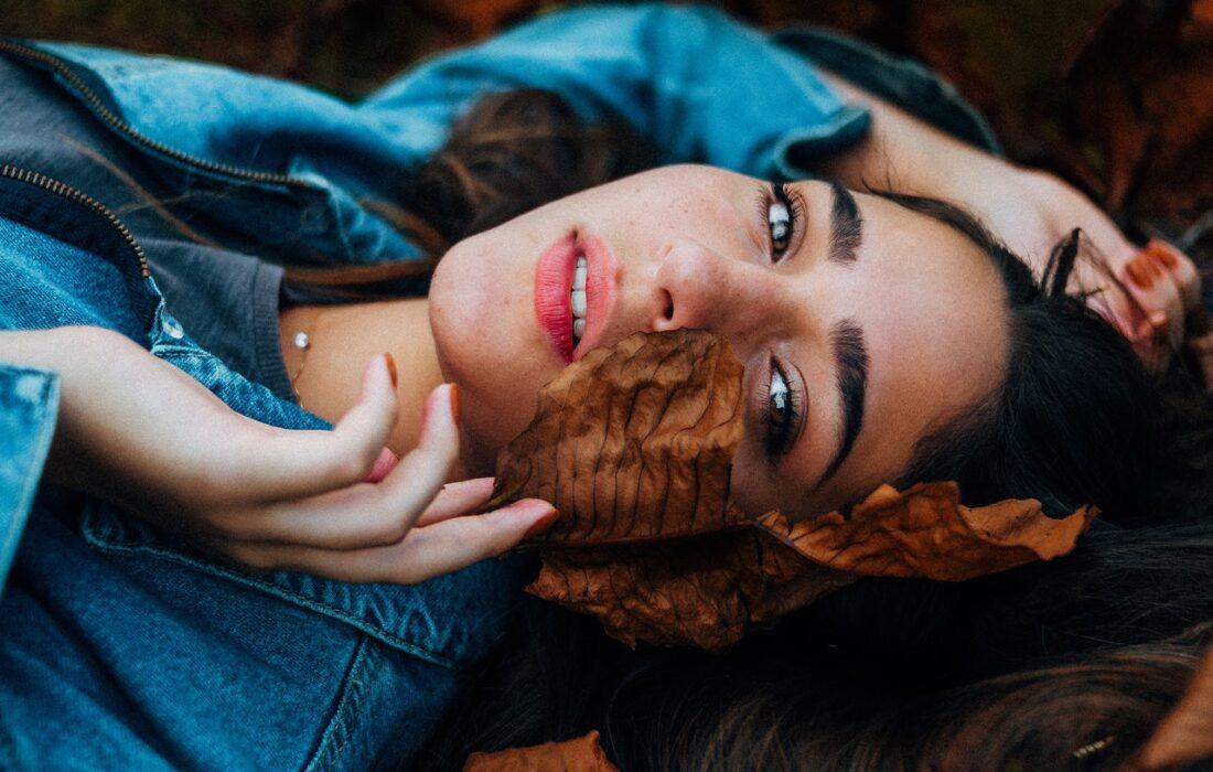 девушка с листиком